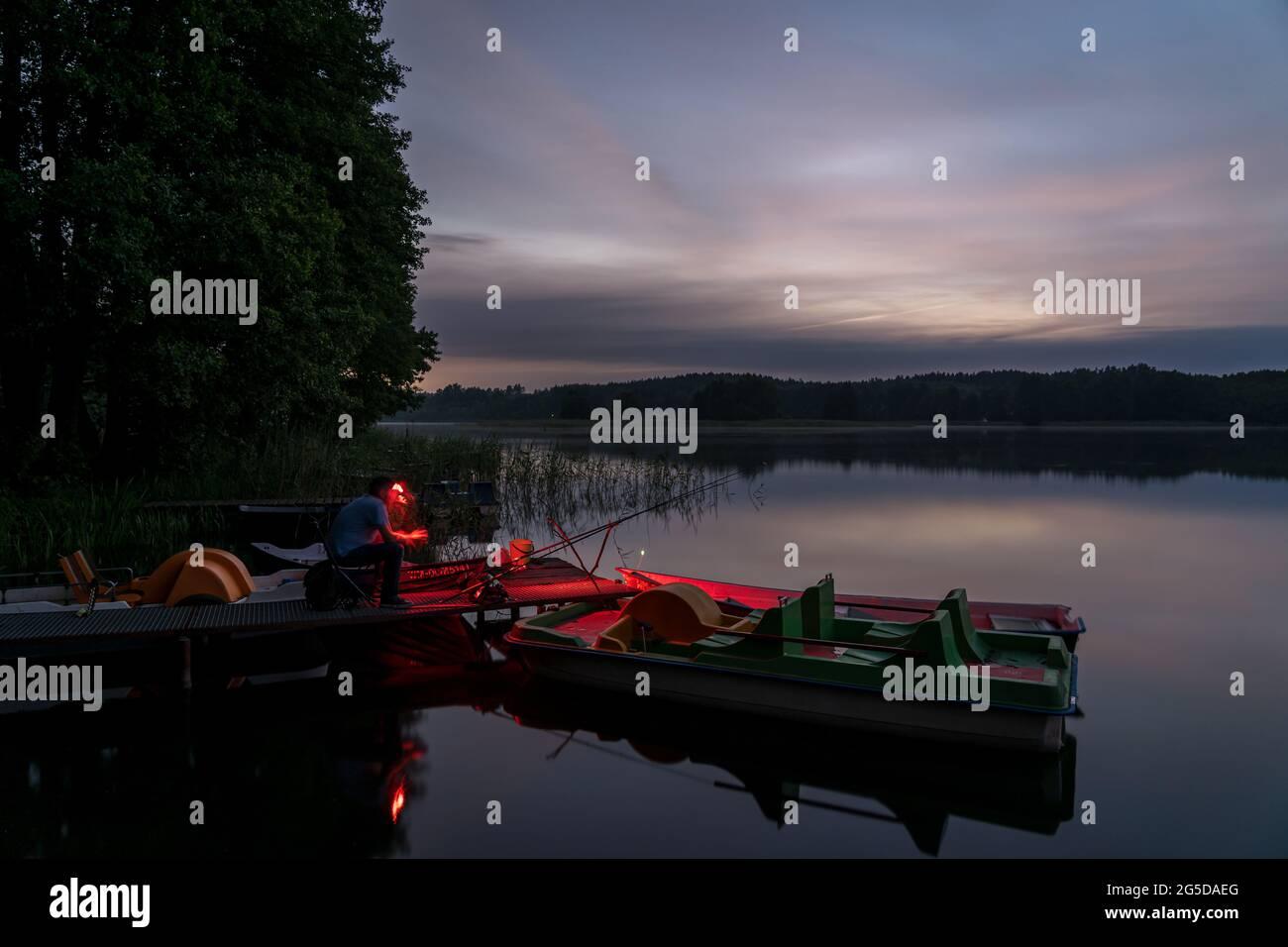 Pesca al atardecer en el lago Kalwa en Mazury (Polonia) Foto de stock