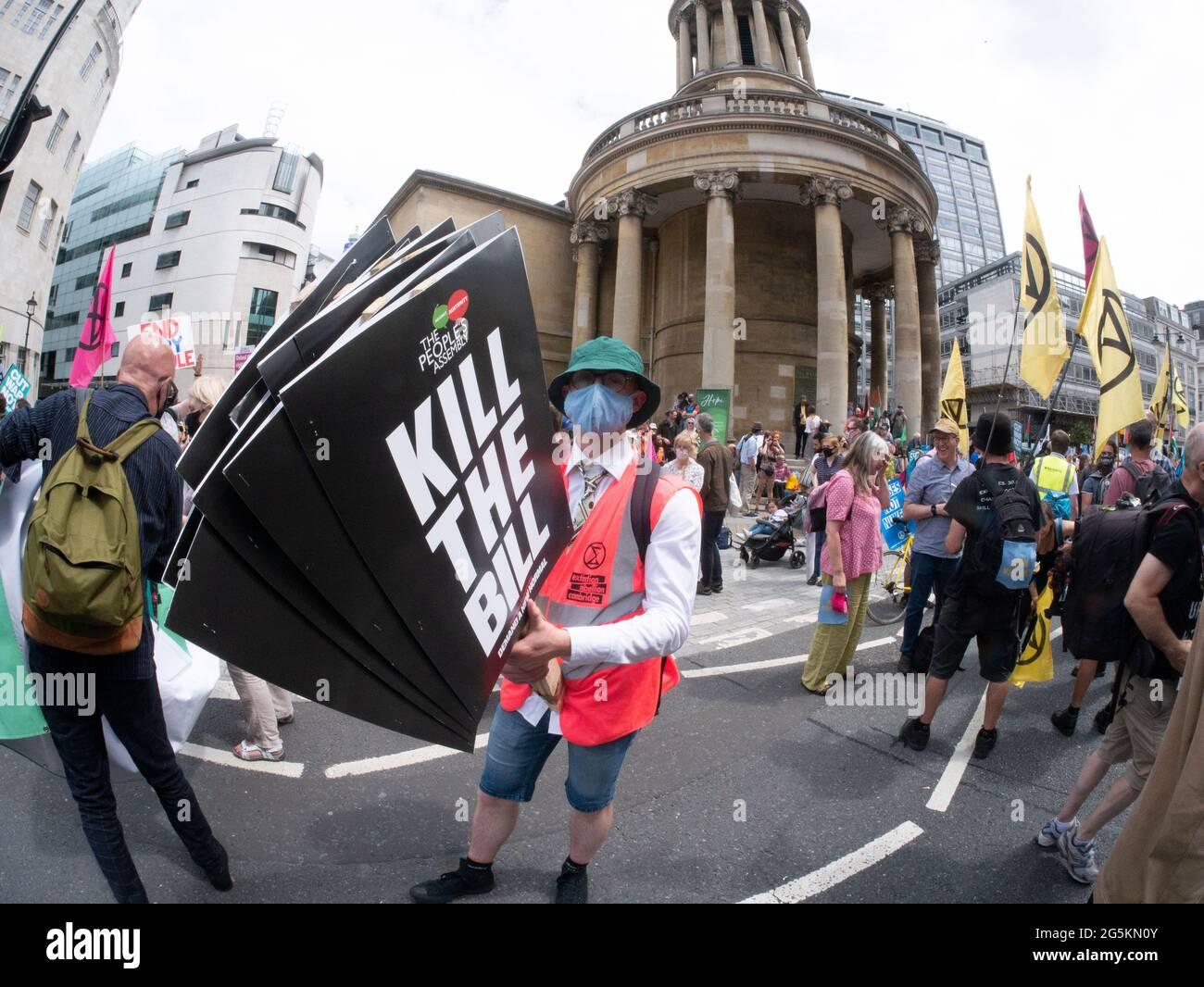Protestas en Londres, activistas protestan en el centro de Londres en la Demostración Nacional de la Asamblea Popular, con el protestor sosteniendo pancartas Kill the Bill. El proyecto de ley de la PCSC sobre la policía, el delito, las sentencias y los tribunales otorga nuevos poderes y normas policiales sobre la delincuencia y la justicia en Inglaterra y Gales Foto de stock