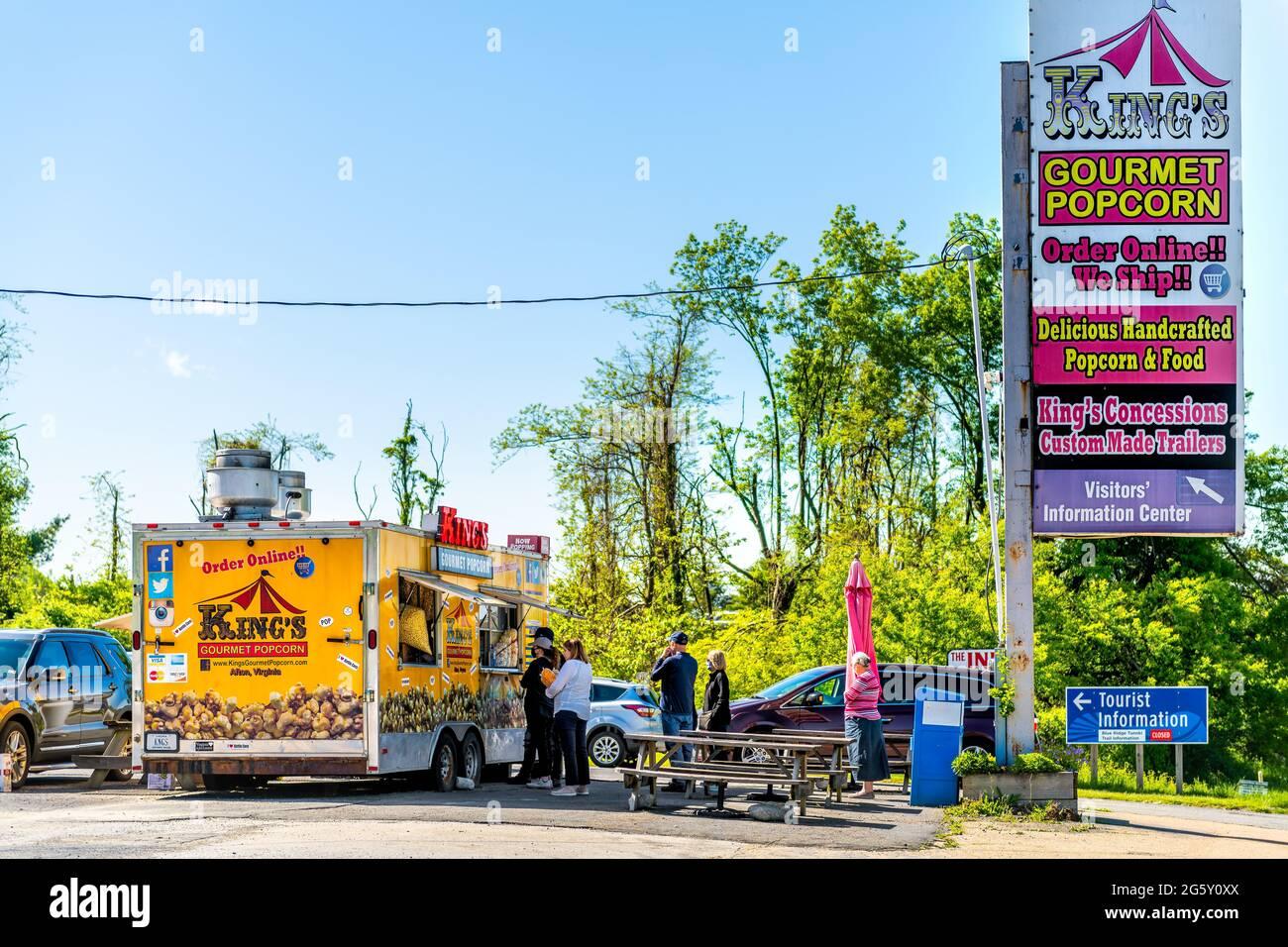 Waynesboro, EE.UU. - 8 de mayo de 2021: Ciudad de la ciudad en Virginia rural con el cartel de King's tienda de palomitas gourmet tienda de alimentos camiones edificio cerca de Blue Ridge Parkway Foto de stock
