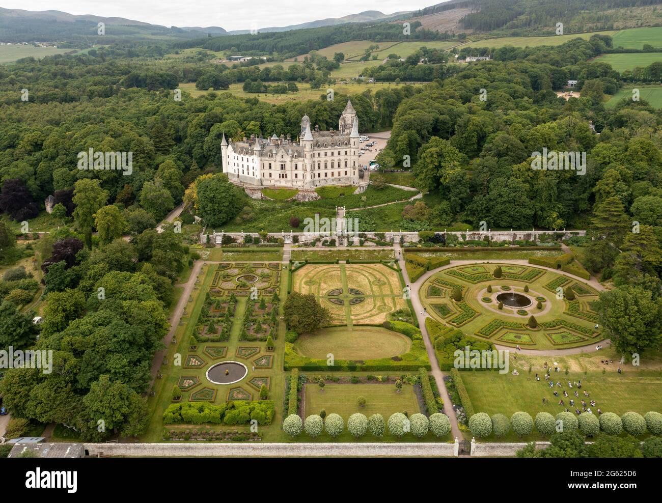 Vista aérea del Castillo Dunrobin, Golspie, Sutherland, Escocia, hogar de los Earls y los duques de Sutherland. Foto de stock