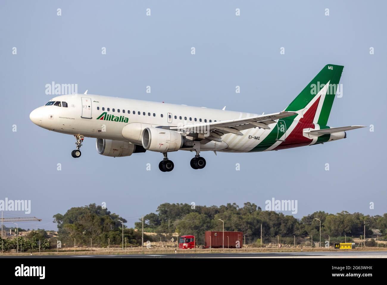 Alitalia Airbus A319-112 (REG: EI-IMG) completando su vuelo desde Roma, Italia. Foto de stock