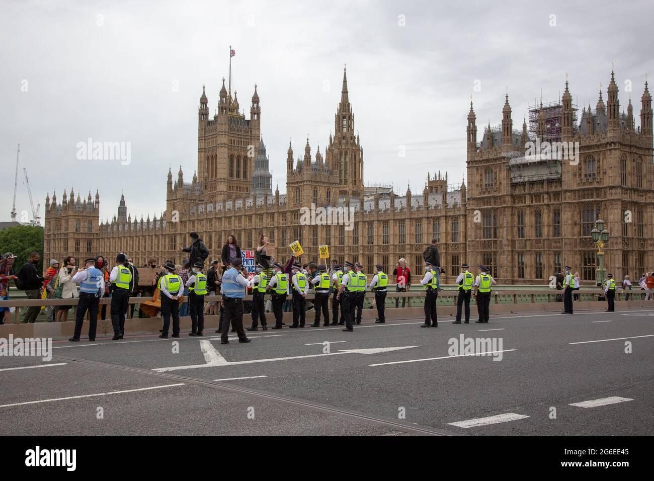 Manifestantes en medio de la policía en el puente de Westminster como parte de una protesta 'Kill the Bill' en el centro de Londres, 5,7,2021 Foto de stock