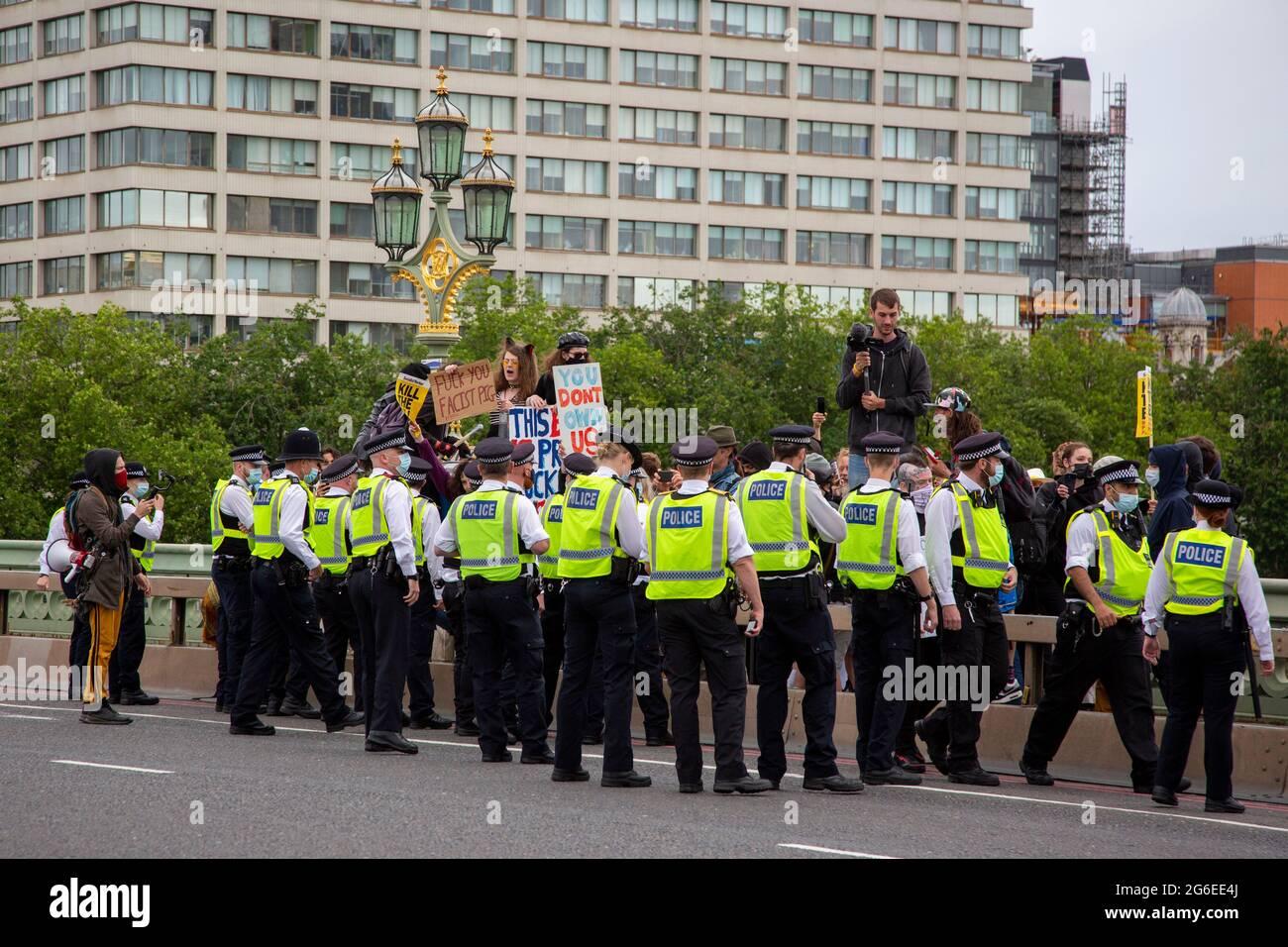 Manifestantes en el puente Westminster como parte de una protesta 'Kill the Bill' en el centro de Londres, 5,7,2021 Foto de stock