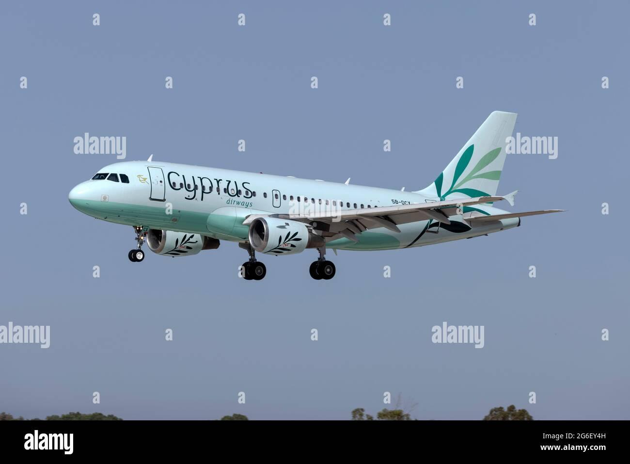 Chipre Airways Airbus A319-114 (Reg.: 5b-DCX) llegando desde Larnaca. Foto de stock