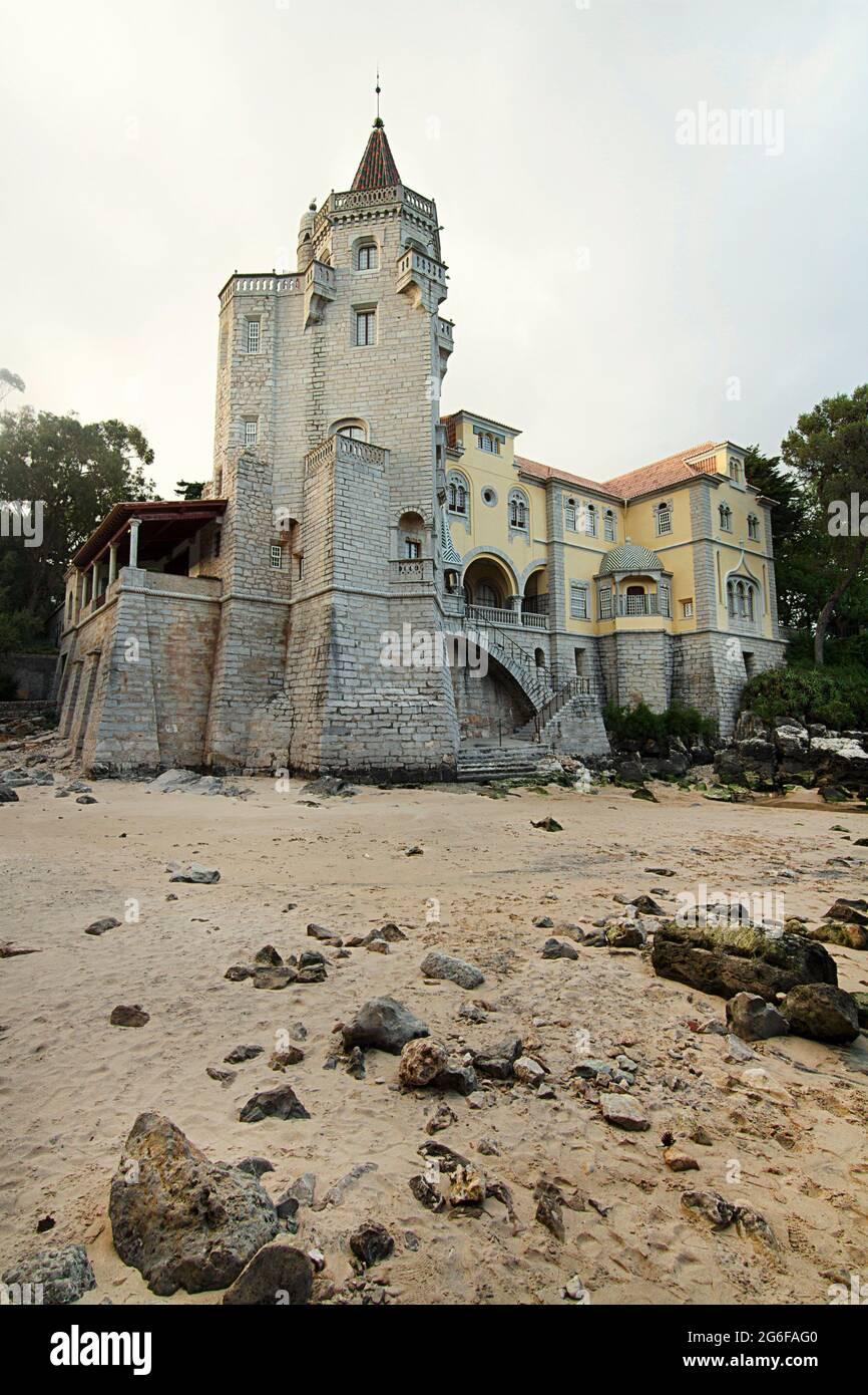Hermosa vista de la histórica y lujosa mansión, ahora el museo Condes de Castro Guimaraes, situado en Cascais, Portugal. Foto de stock