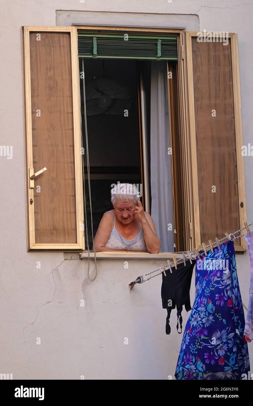 Venedig, Alte Dame am Fenster // Venecia, Antigua Señora en una Ventana Foto de stock