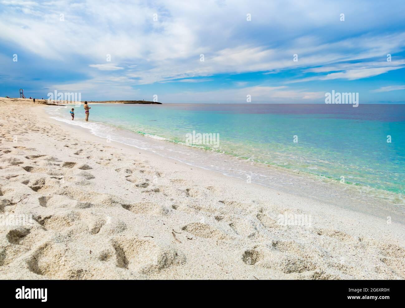 Cabras (Italia) - La ciudad turística costera en la región de Cerdeña y la isla, con la playa, la península de Sinis y el yacimiento arqueológico de Tharros. Foto de stock