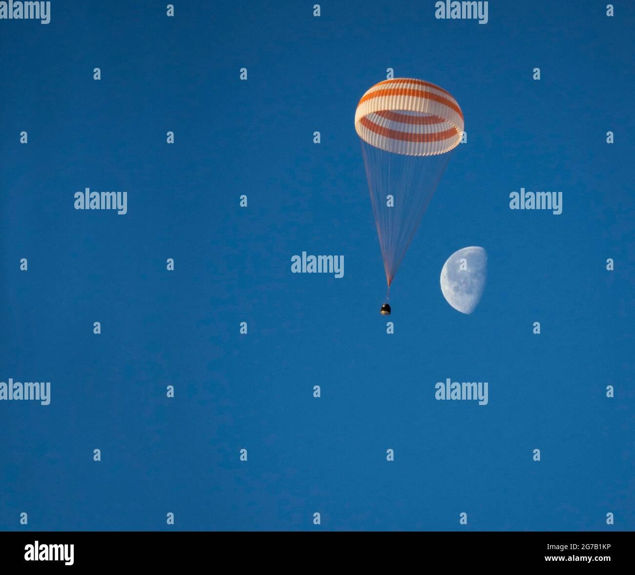 Expedición 42 Soyuz TMA-14M Desembarque. La nave espacial Soyuz TMA-14M es vista como aterriza con el comandante de la Expedición 42 Barry Wilmore de la NASA, Alexander Samokutyaev de la Agencia Espacial Federal Rusa (Roscosmos) y Elena Serova de Roscosmos cerca de la ciudad de Zhezkazgan, Kazajstán, el 12 2015 de marzo. El astronauta de la NASA, Wilmore, los cosmonautas rusos Samokutyaev y Serova están regresando después de casi seis meses a bordo de la Estación Espacial Internacional, donde sirvieron como miembros de las tripulaciones de la Expedición 41 y 42. Una única versión optimizada y mejorada de una imagen de la NASA / crédito NASA / Bill Ingalls Foto de stock