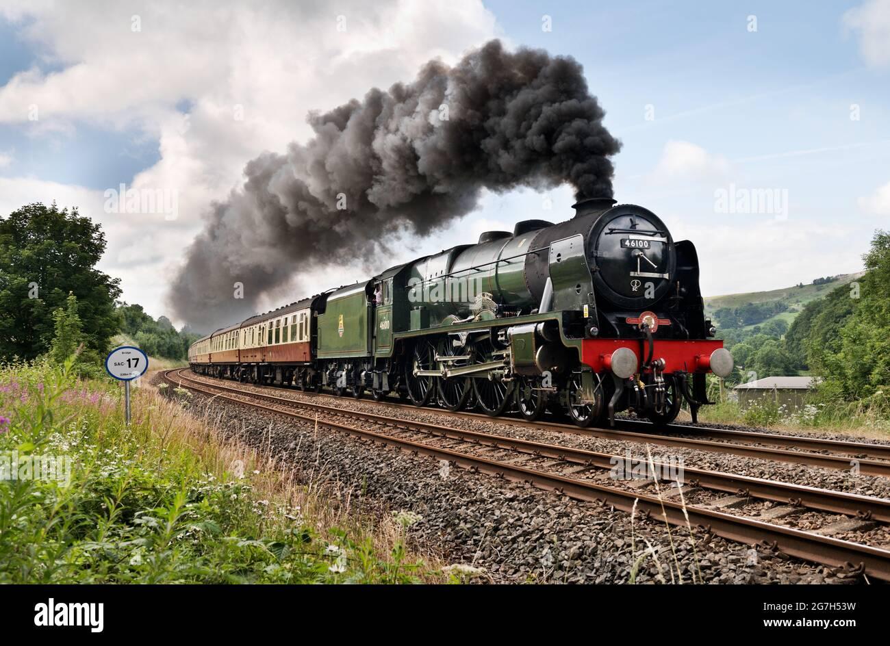 Settle, North Yorkshire, 14/07/2021, la locomotora de vapor 'Royal Scot' sube el empinado gradiente en la línea de ferrocarril Settle-Carlisle con 'The Fellsman', una carrera especial de retorno de 300 millas por Saphos Trains, viajando de Crewe a Carlisle. Visto aquí en Langcliffe, cerca de Settle. Crédito: John Bentley/Alamy Live News Foto de stock