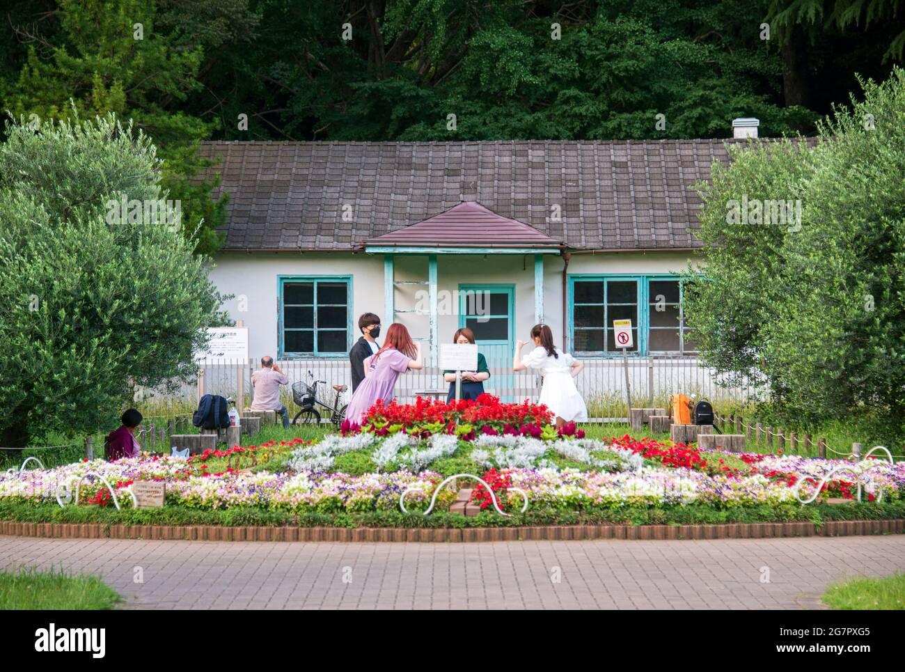 Los madereros bailan frente a la única estructura que sobrevive de la aldea de los atletas, que fue utilizada por el equipo de Holanda durante los Juegos Olímpicos de Tokio de 1964, y se encuentra en el interior del parque Yoyogi de hoy, Tokio, el 21 de junio de 2021. Robert Gilhooly foto Foto de stock