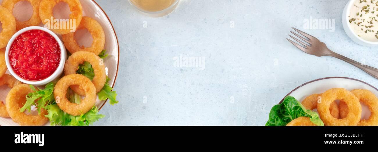 Panorama de los anillos de calamares. Calamar anillos pancarta con un lugar para el texto, una capa plana. Plantilla de diseño de menú de aperitivo con espacio de copia Foto de stock