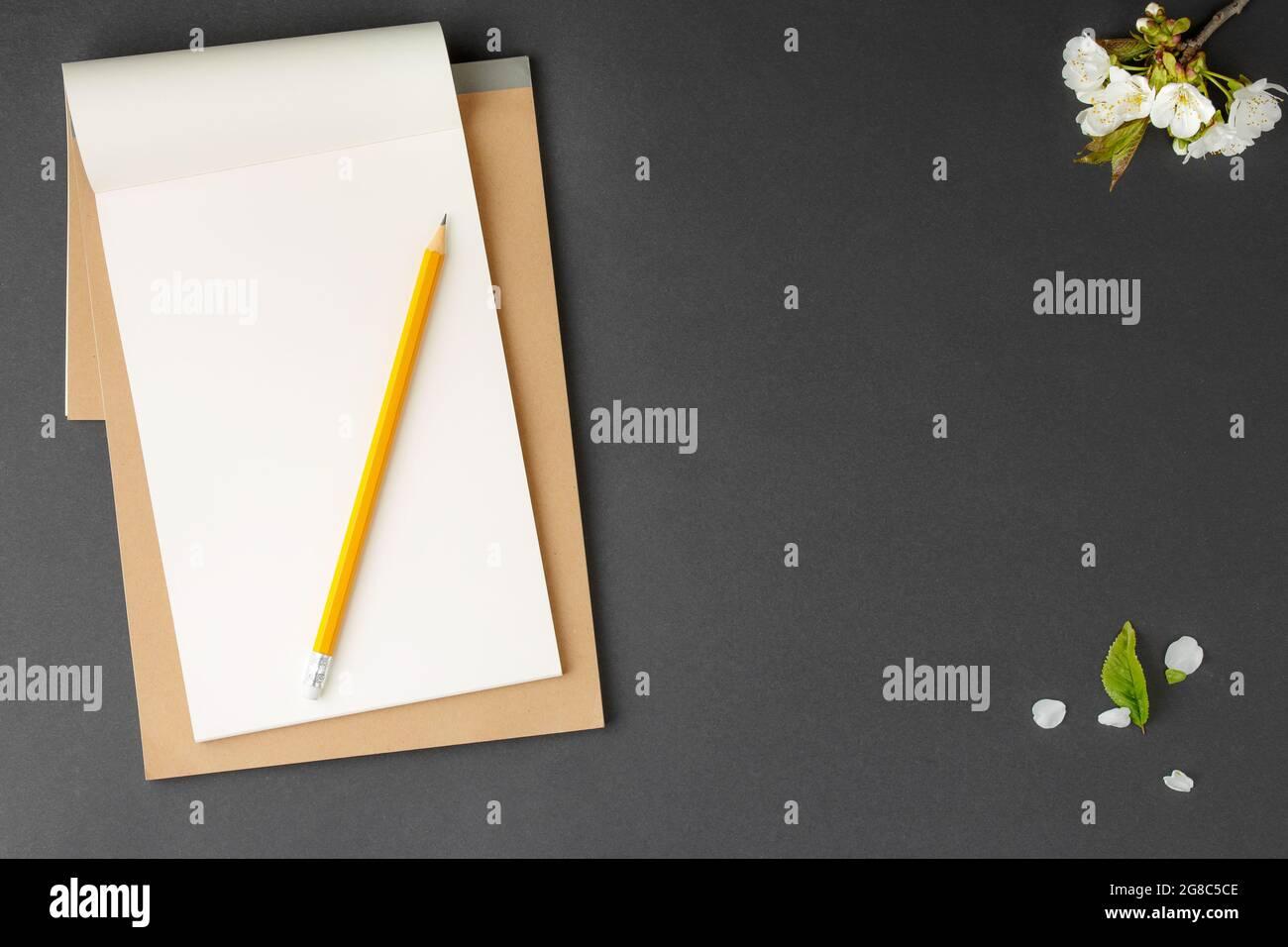Cuaderno marrón con lápiz amarillo. Foto de stock