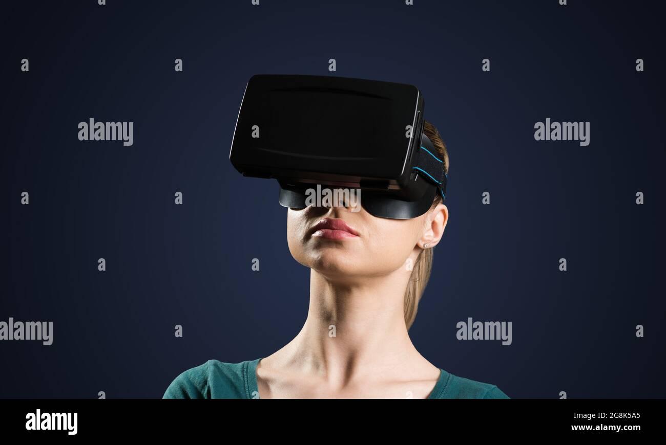 Mujer joven en gafas VR Foto de stock