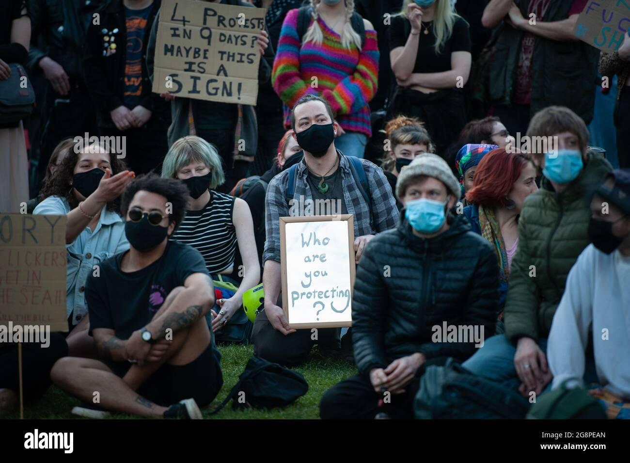 Bristol, Reino Unido. 30th de marzo de 2021. La cuarta protesta de Bristol contra la ley de policía y crimen tiene lugar en College Green en el centro de la ciudad suroeste. Aproximadamente 500 manifestantes han resultado hasta ahora, escuchando discursos mientras la policía mantiene un perfil bajo. Foto de stock