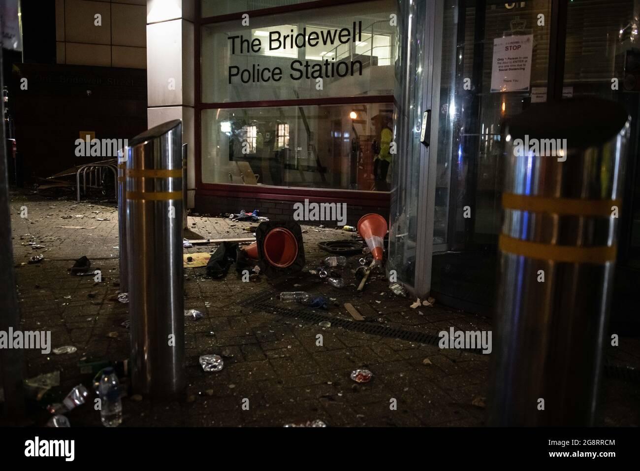 Bristol, Reino Unido. 21st de marzo de 2021. En la foto: La escena caótica fuera de la estación de policía de Bridgewell después de que el motín había terminado. / Los manifestantes atacaron a la policía después de que miles de personas asistieran a una protesta de que los oficiales habían 'aconsejado trongly' contra unirse. Los oficiales sufrieron huesos rotos y los vehículos de la policía fueron incendiados cuando se desarrollaron escenas de enojo en el centro de la ciudad de Bristol. Temprano en el día, una multitud muy pacífica se había reunido para la manifestación de Kill the Bill en oposición a la Ley de Policía y Crimen, pero por la noche los manifestantes escalaron la Estación de Policía de Bridgewell, arrojaron fuegos artificiales a la multitud y Foto de stock
