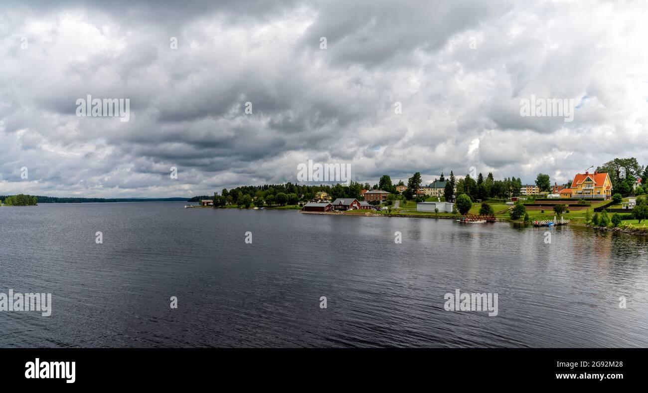 Stromsund, Suecia - 11 Junly, 2021: Vista de la pequeña ciudad de Stromsund en el lago Stroms Vattudal en el norte de Suecia Foto de stock