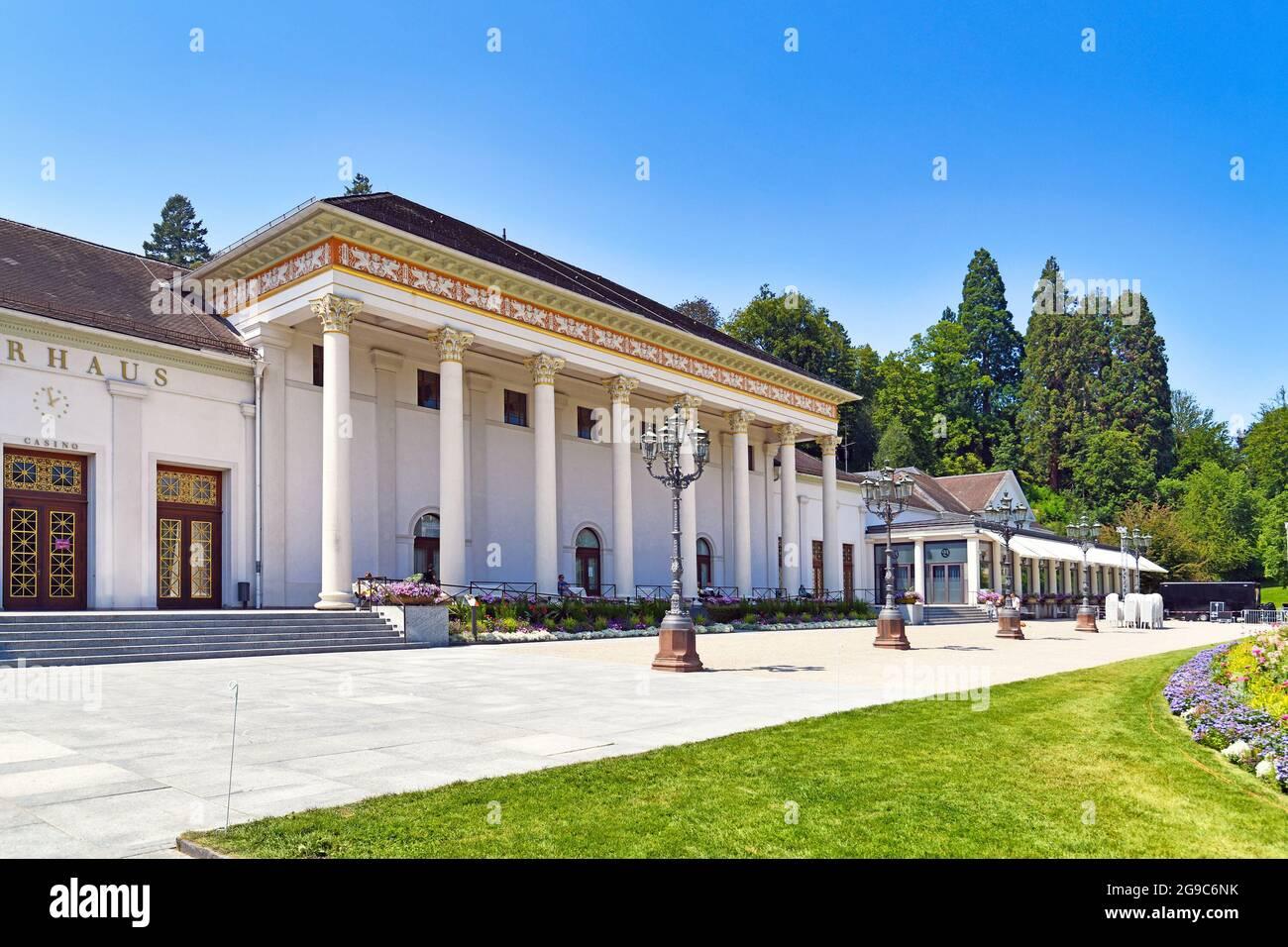 Baden-Baden, Alemania - 2021 de julio: Balneario, casino, y complejo de conferencias llamado 'Kurhaus' en el día de verano Foto de stock