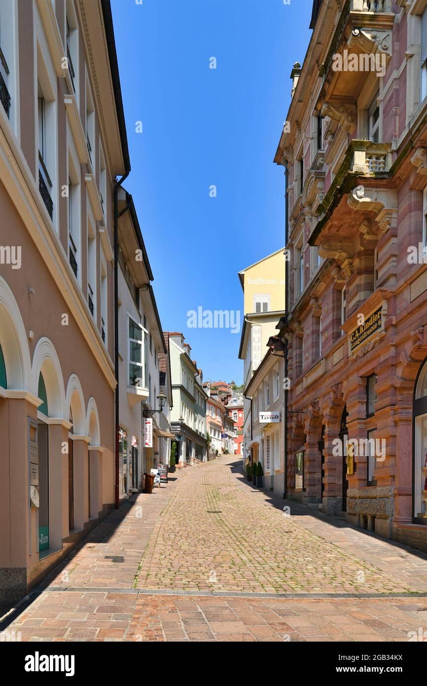 Baden-Baden, Alemania - 2021 de julio: Callejón en el centro histórico de la ciudad antigua con tiendas en la ciudad balneario de Baden-Baden en el día soleado Foto de stock