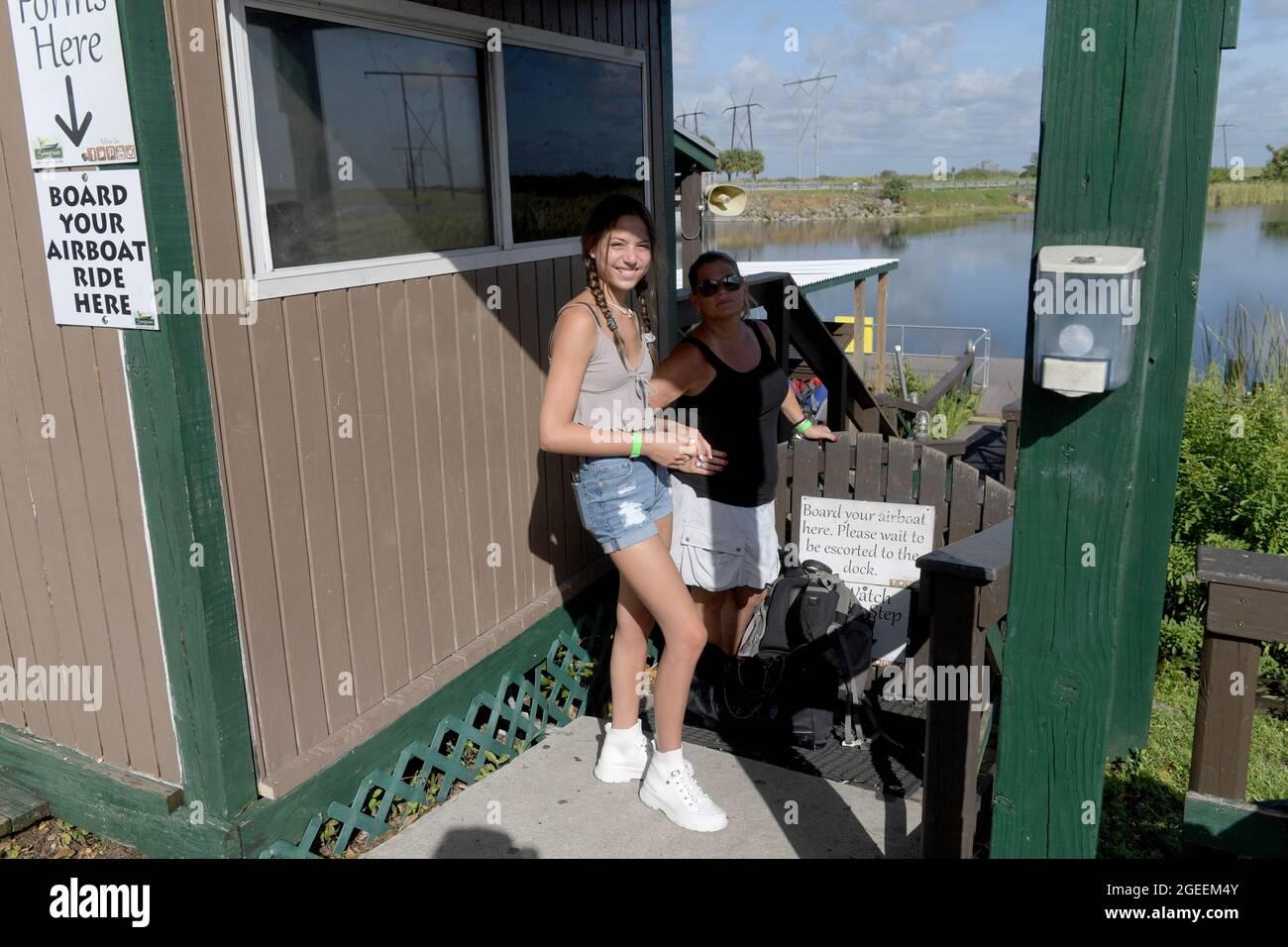 Weston, Estados Unidos de América. 19th de agosto de 2021. WESTIN, FL - 19 DE AGOSTO: Muchos turistas y residentes de Florida están eligiendo actividades al aire libre durante la crisis de Covid-19 tales como el tour en hidrodeslizador donde ven a los caimanes de Florida y la variada vida silvestre en el Parque Recreativo Sawgrass ubicado en el Parque Nacional Everglades el 19 de agosto de 2021 en Weston, Florida. Personas: Florida Alligators Crédito: Storms Media Group/Alamy Live News Foto de stock