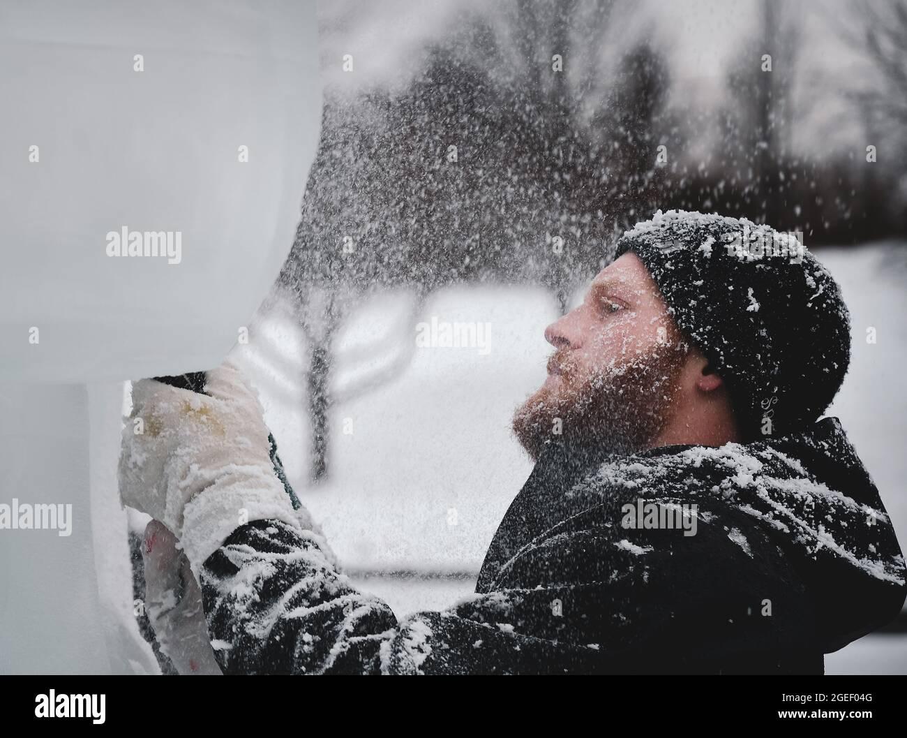 Transportador profesional de hielo que esculpe bloque de hielo Foto de stock