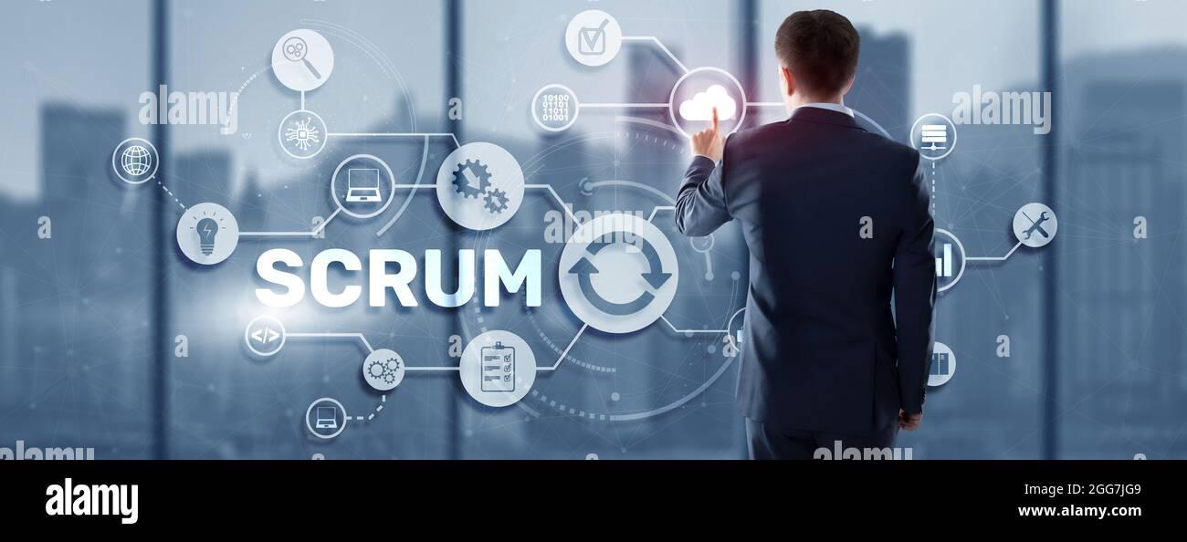 SCRUM. La mano presiona el scrum de inscripción en un panel virtual. Metodología de desarrollo ágil. Foto de stock