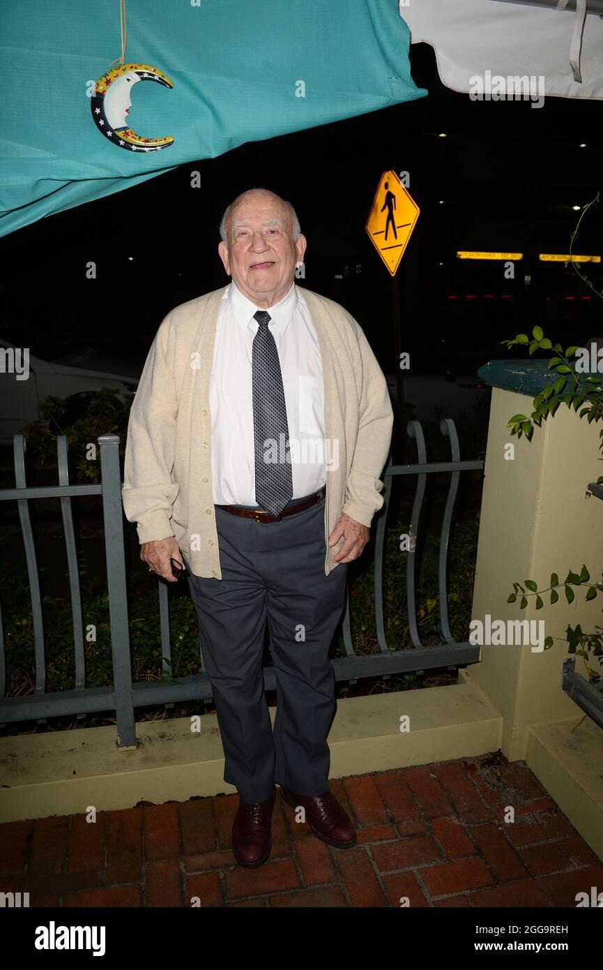 FORT LAUDERDALE, FL - 23 DE OCTUBRE: El actor Ed Asner recibe el premio FLiFF Lifetime Achievement Award en el Festival de Cine Internacional Anual de Fort Lauderdale 28th en Cinema Paradiso. La actuación en vivo del Sr. Asner de una escena de la FDR, seguida de un moderado Q&A sobre su carrera. Edward Asner (nacido el 15 de noviembre de 1929), comúnmente conocido como Ed Asner, es un actor estadounidense de cine, televisión, escenario y voz y ex presidente del Screen Actors Guild. Es conocido principalmente por su papel ganador del Premio Emmy como Lou Grant durante el 1970s y principios de 1980s, tanto en el Show de Mary Tyler Moore como en sus s Foto de stock