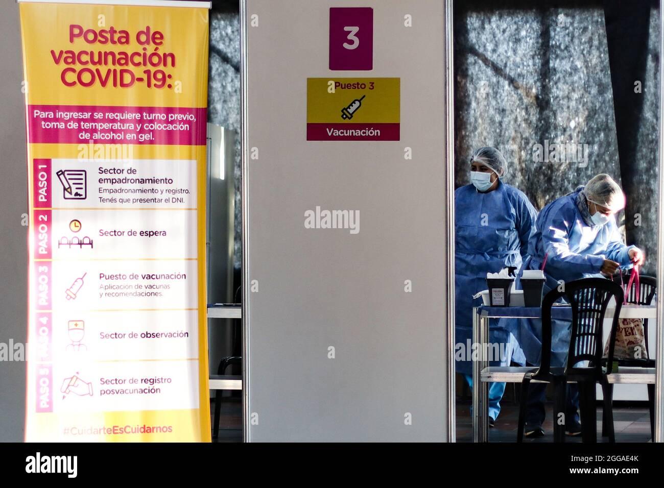 BUENOS AIRES, 30.08.2021: Un puesto de vacunación recibe adultos para aplicar la segunda dosis de la vacuna Sputnik V contra Covid-19. Foto de stock