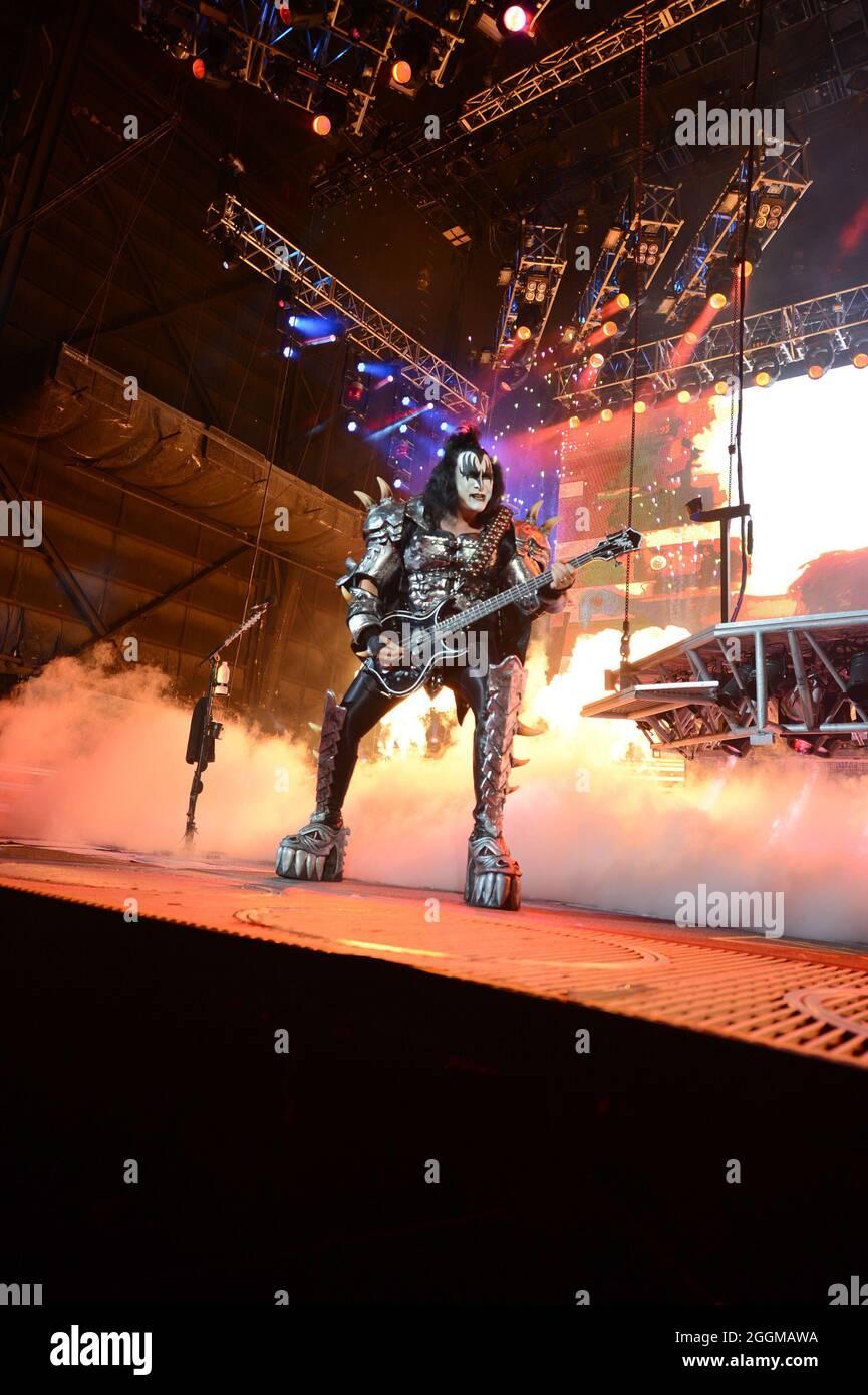 TAMPA BAY, FL - 28 DE JULIO: Gene Simmons, de KISS actúa en el escenario en el anfiteatro 1-800-ASK-GARY el 28 de julio de 2012 en Tampa Bay, Florida. Personas: Gen Simmons Crédito: Storms Media Group/Alamy Live News Foto de stock