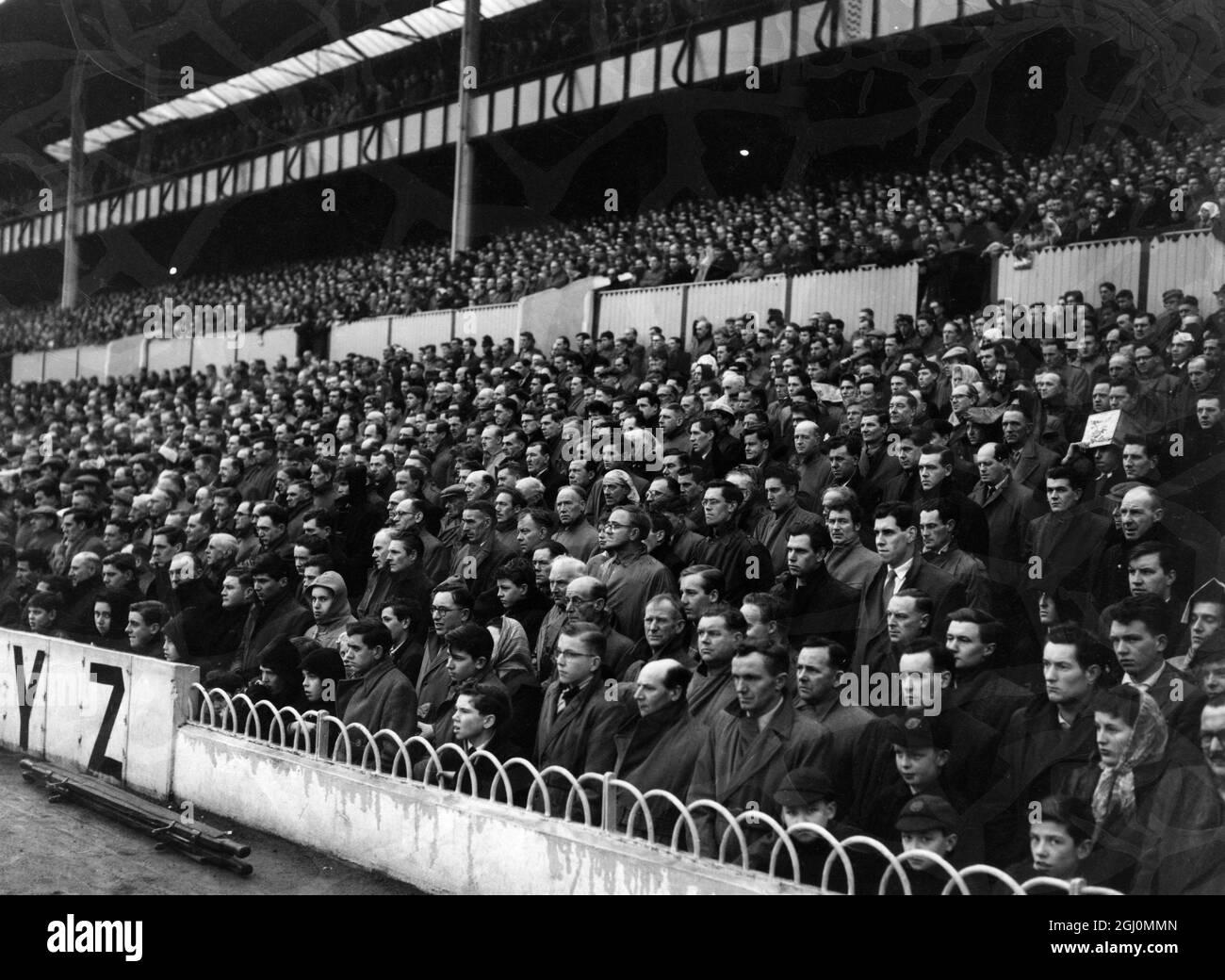 Los aficionados al fútbol en el suelo de Spurs se guardan en silencio en memoria de los oficiales de los jugadores del Manchester United y los periodistas muertos en el accidente aéreo de Munich . Millones de aficionados y jugadores en partidos de fútbol y rugby en toda Gran Bretaña observaron el silencio. 8th de febrero de 1958 Foto de stock