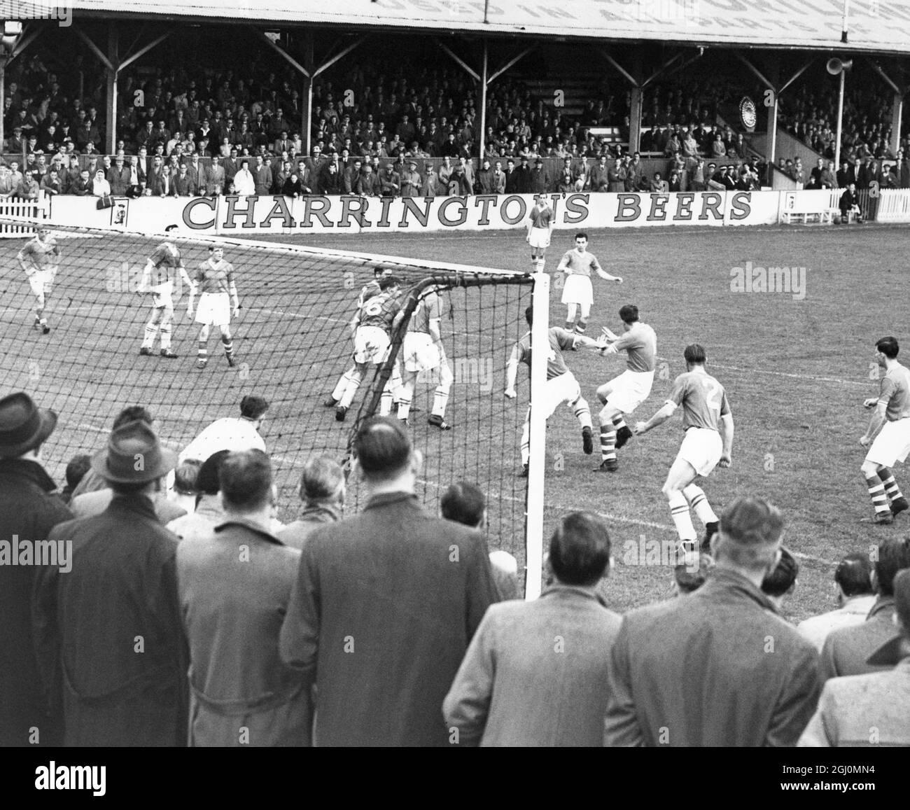 Northfleet y Gravesend versus Bedford : Juega delante del gol de Bedford en la primera mitad . 25 de agosto de 1958 Foto de stock