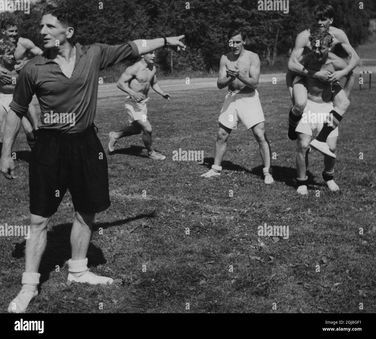 ESTOCOLMO 1948-06-30 Landslagstranaren i fotboll George Raynor med 'Morgondagens man'. El entrenador del equipo nacional George Raynor durante una sesión de entrenamiento con jugadores 'tomorrows'. George Raynor (1907-1985), futbolista inglés y gerente. Fue el entrenador del equipo nacional de fútbol de Suecia durante los años 1940 y 1950. Los llevó al oro olímpico en 1948 y al bronce olímpico en 1952. En la Copa del Mundo, logró llevar a Suecia a un bronce en 1950 y plata en 1958. Foto: EXPRESSEN / SCANPIX kod 192 ** AFTONBLADET OUT** Foto de stock