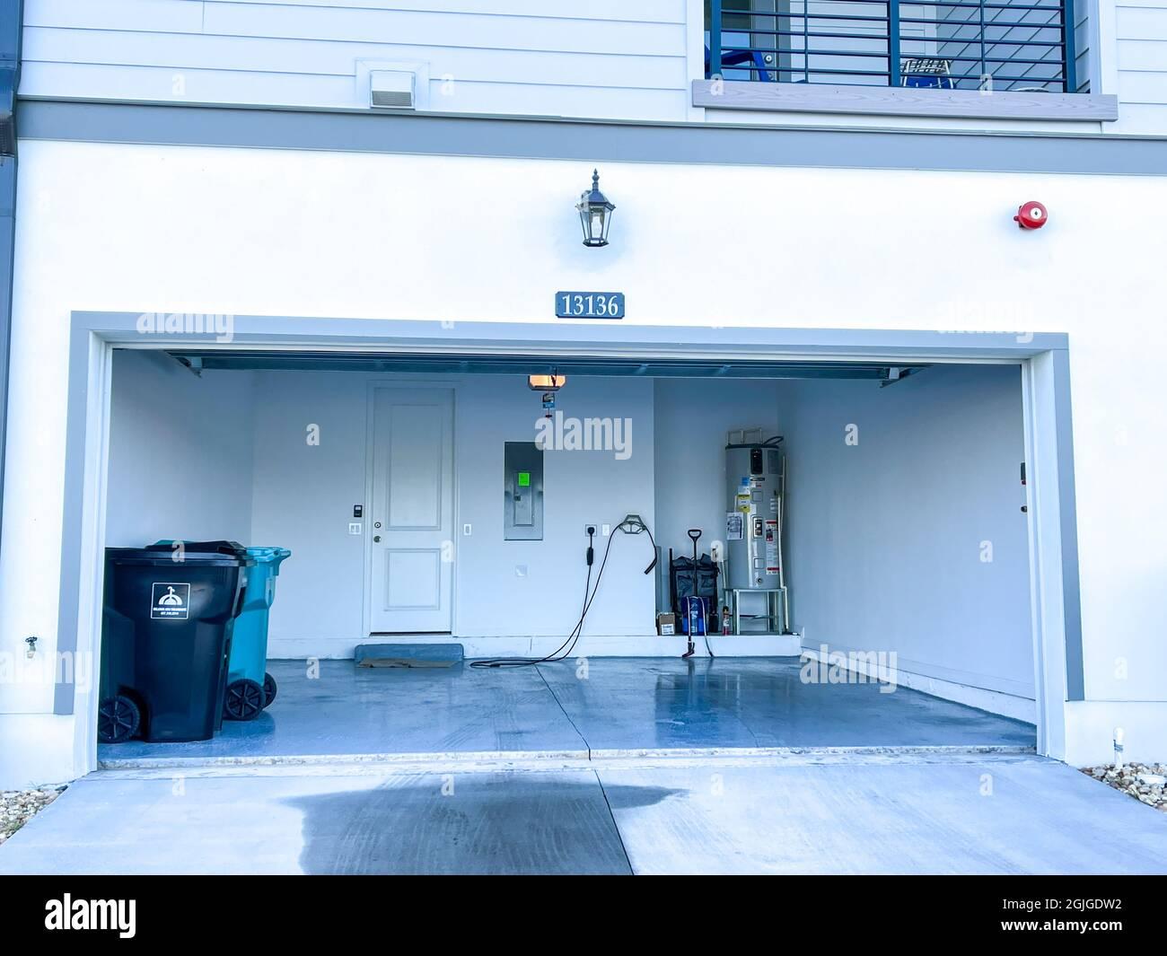Orlando, FL Estados Unidos - 3 de septiembre de 2021: Un garaje organizado, limpio y libre de alboroto en un vecindario. Foto de stock