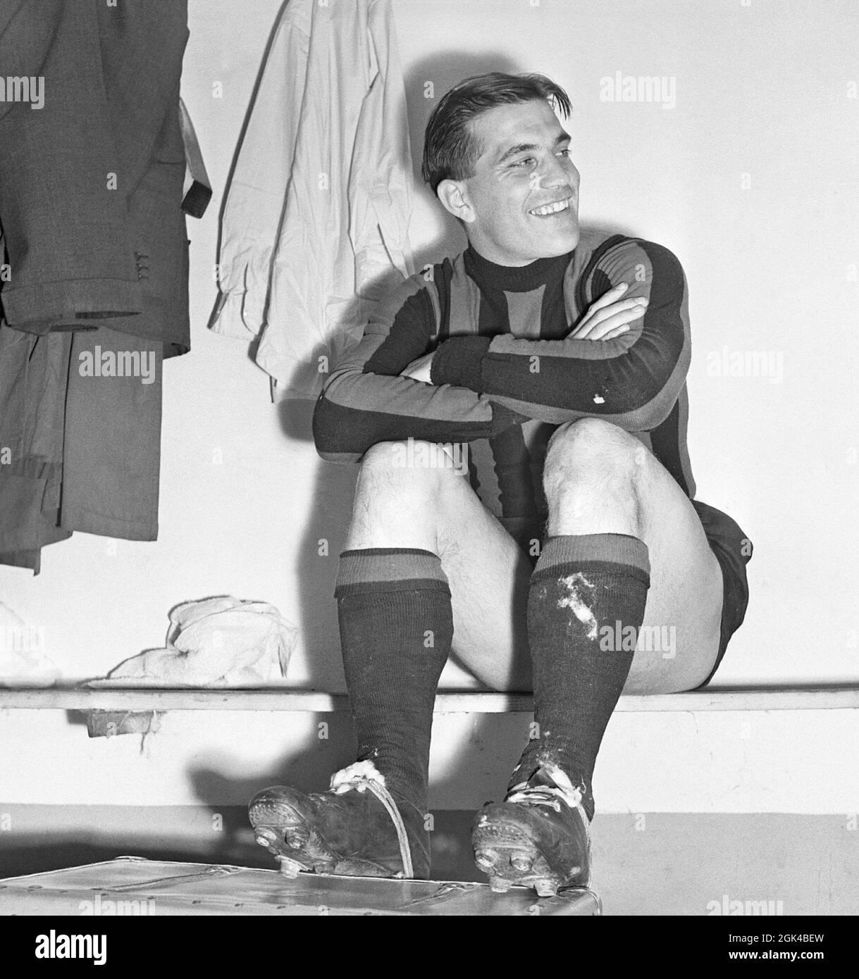 Gunnar Nordahl. 19 de octubre de 1921 - 15 de septiembre de 1995. Jugador de fútbol sueco, más conocido por jugar en el club de fútbol italiano AC Milan de 1949 a 1956. Él alambiques tiene el récord de goles por aparición en Italia. Nordahl está considerado como uno de los mejores futbolistas suecos de todos los tiempos. Nordahl se convirtió en el primer futbolista profesional sueco cuando fue transferido al AC Milan el 22 1949 de enero. Más tarde, se uniría con sus socios de huelga del equipo nacional, Gunnar Gren y Nils Liedholm para formar el famoso trío GRE-No-Li, un exitoso trío que jugaba juntos para el AC Milan. Mila Foto de stock