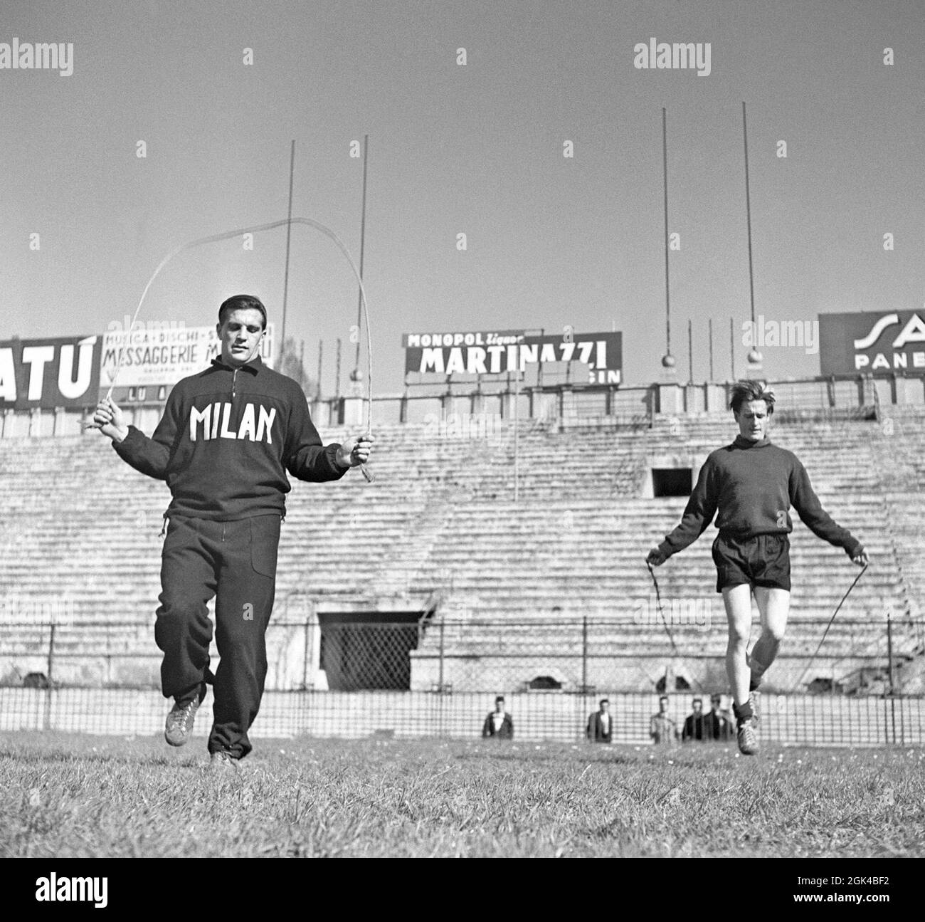 Gunnar Nordahl. 19 de octubre de 1921 - 15 de septiembre de 1995. Jugador de fútbol sueco, más conocido por jugar en el club de fútbol italiano AC Milan de 1949 a 1956. Él alambiques tiene el récord de goles por aparición en Italia. Nordahl está considerado como uno de los mejores futbolistas suecos de todos los tiempos. Nordahl se convirtió en el primer futbolista profesional sueco cuando fue transferido al AC Milan el 22 1949 de enero. Más tarde, se uniría con sus socios de huelga del equipo nacional, Gunnar Gren y Nils Liedholm para formar el famoso trío GRE-No-Li, un exitoso trío que jugaba juntos para el AC Milan. De la Foto de stock