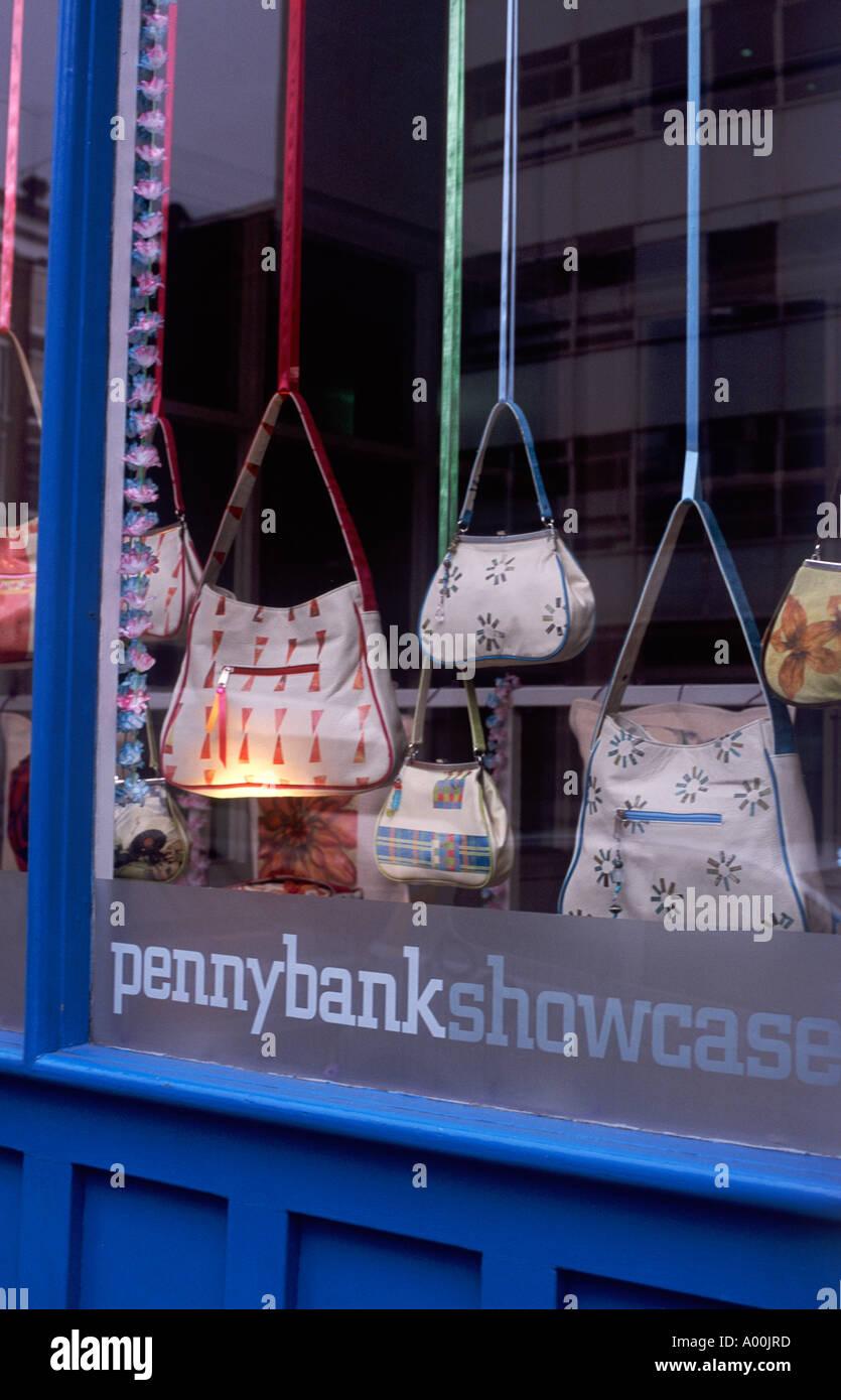 331b1a5f4 Bolsos con bandoleras mujer suspendida en cintas de colores mostrados en un  escaparate, Clerkenwell, Londres, Inglaterra