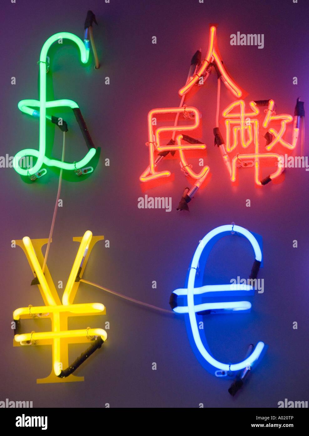 Luces de neón en forma de monedas extranjeras en Hong Kong Foto de stock