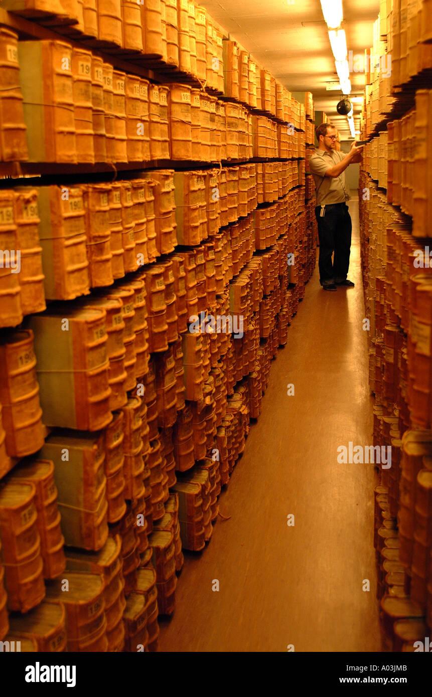 Archivo, biblioteca, museo, libros antiguos, textos, manuscritos, escribir tomos, almacenamiento, bibliotecario, curador, tutor, dependiente, antiguo Imagen De Stock
