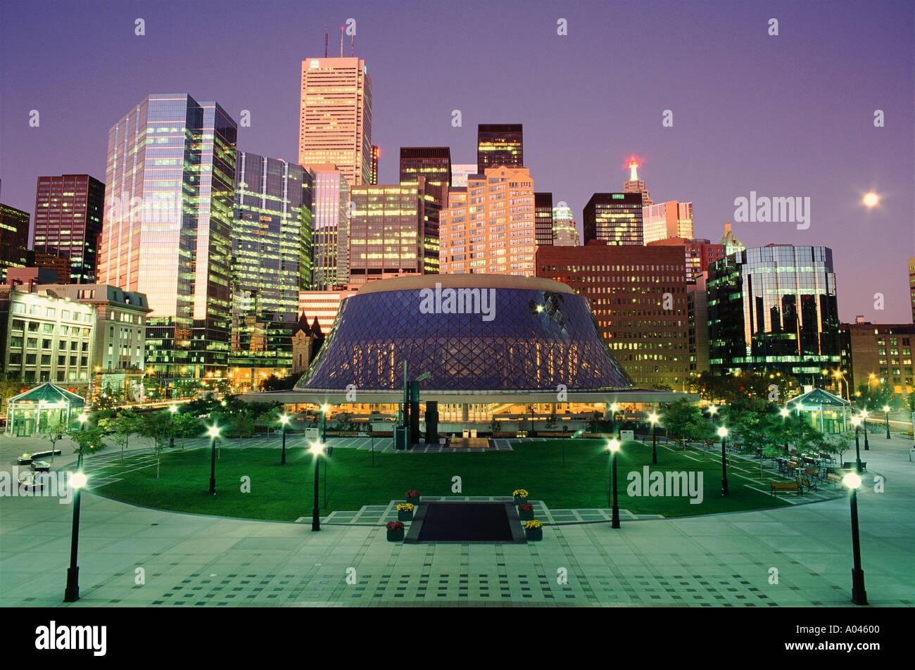 Canadá Ontario Toronto Roy Thompson Hall y el distrito financiero al atardecer Foto de stock