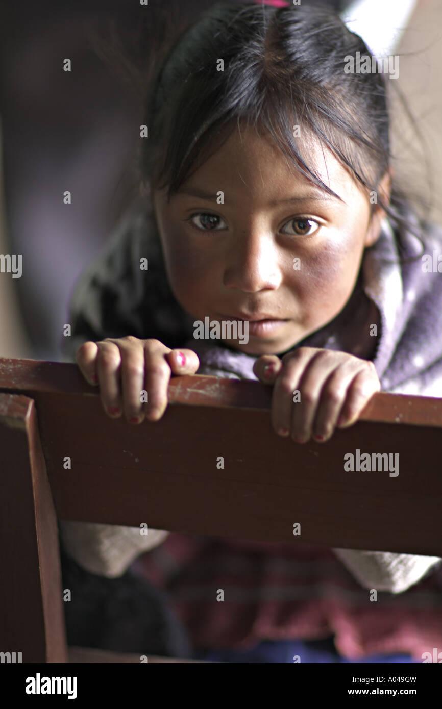 8c028511c1f39 GUATEMALA CAPELLANIA joven indígena Maya Quiché chica esperando para ser  atendidas por médicos y dentistas voluntarios