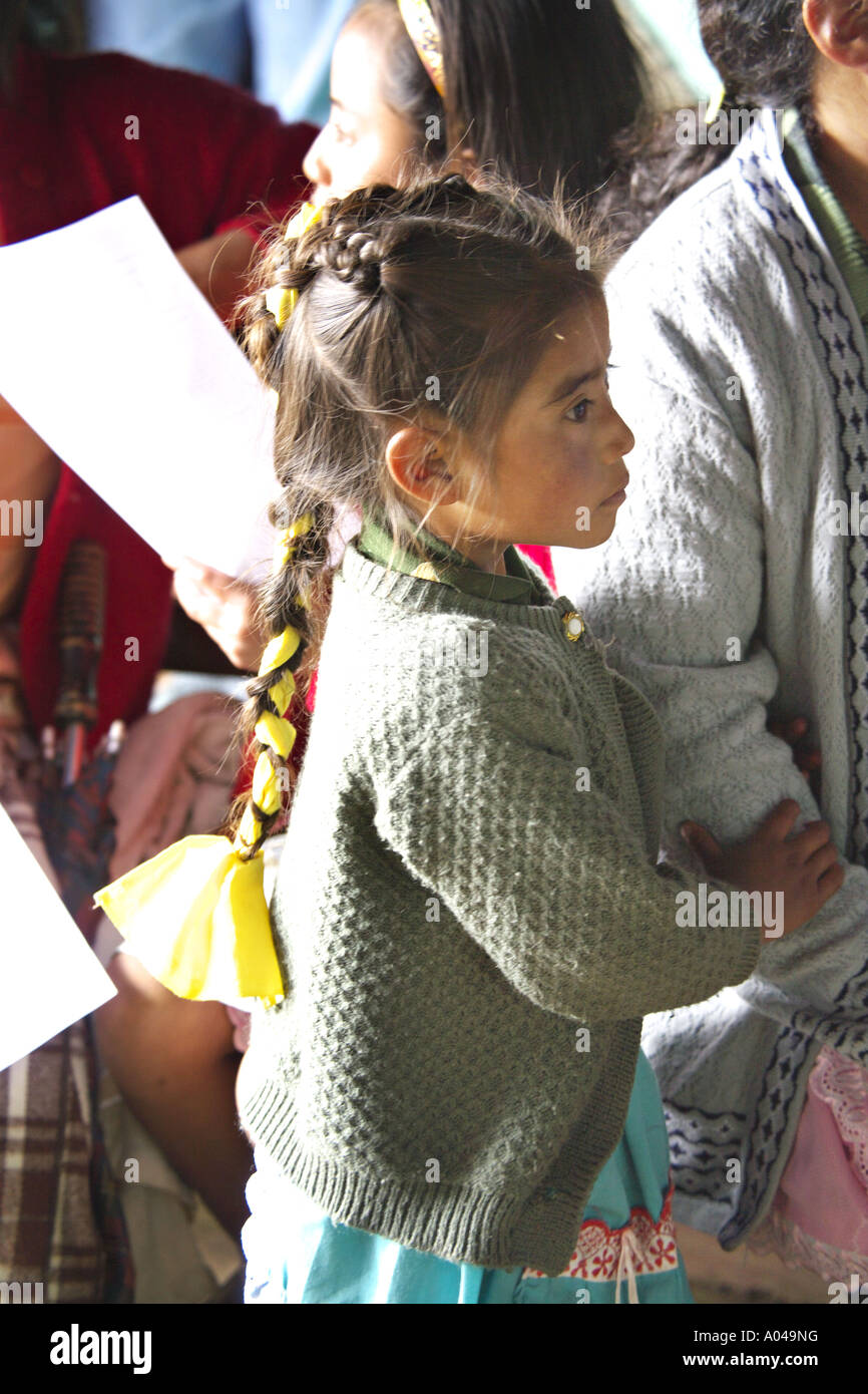 e77ed458614af GUATEMALA CAPELLANIA joven indígena Maya Quiché chica con su madre mientras  esperan a ser atendidos por