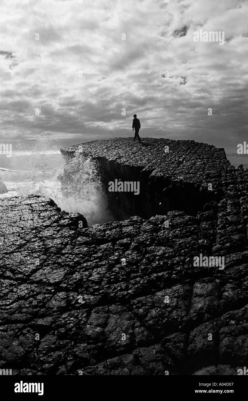 En blanco y negro de una sola persona en el entorno costero natural Imagen De Stock