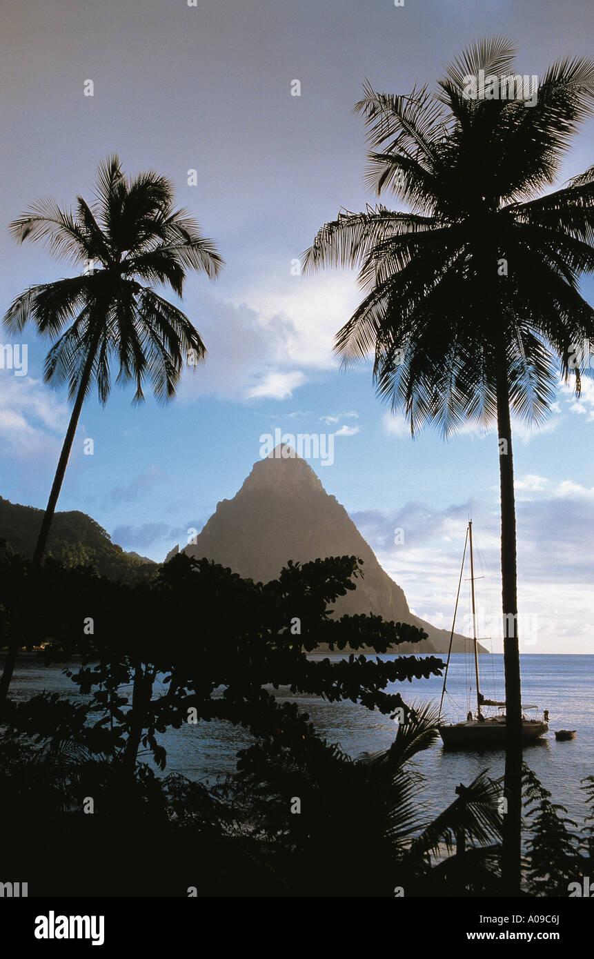 Vista de Piton enmarcadas por palmeras, cruzando la bahía de ...