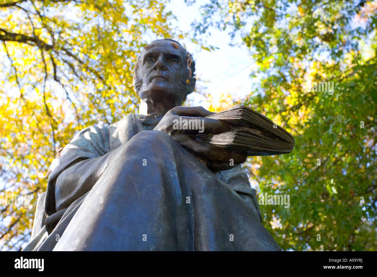 Universidad de Yale Theodore Dwight Woolsey estatua en campus viejo de New Haven, Connecticut, EE.UU. Imagen De Stock