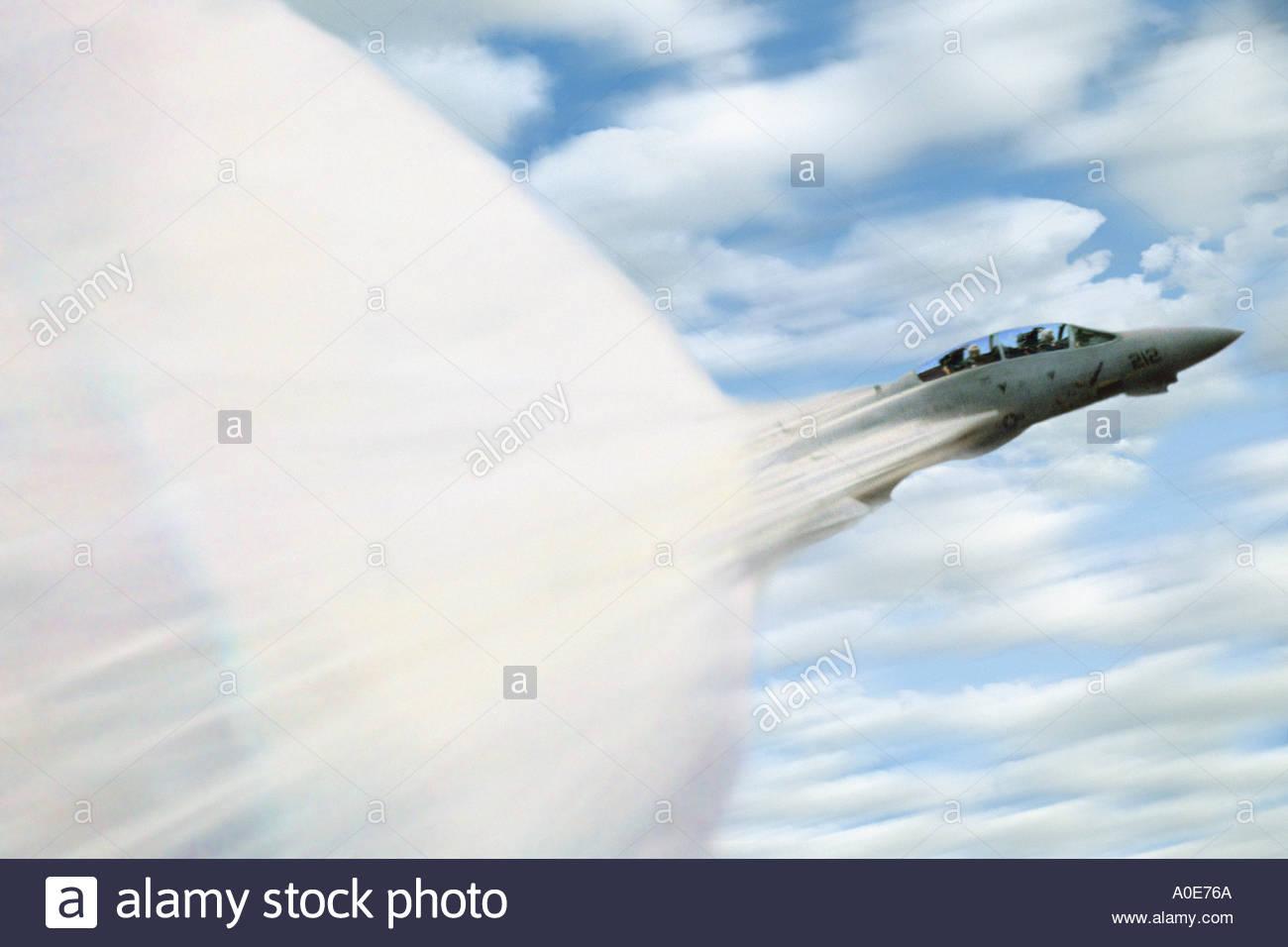 Mach, una marina de los Estados Unidos de aviones F-14 Tomcat rompiendo la barrera del sonido a 500 pies por encima del Océano Pacífico Imagen De Stock