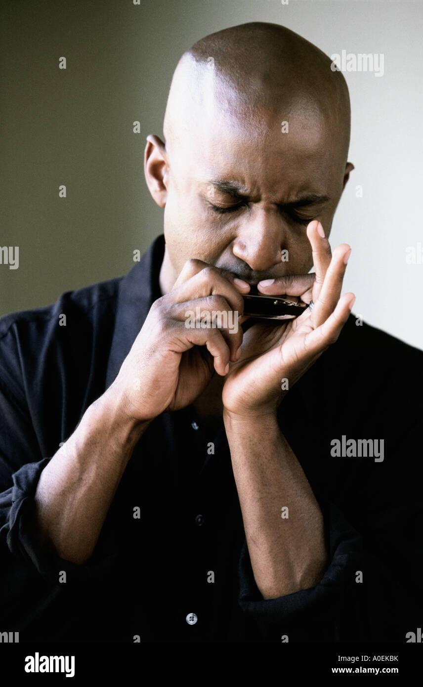 Retrato del hombre tocando la armónica Imagen De Stock