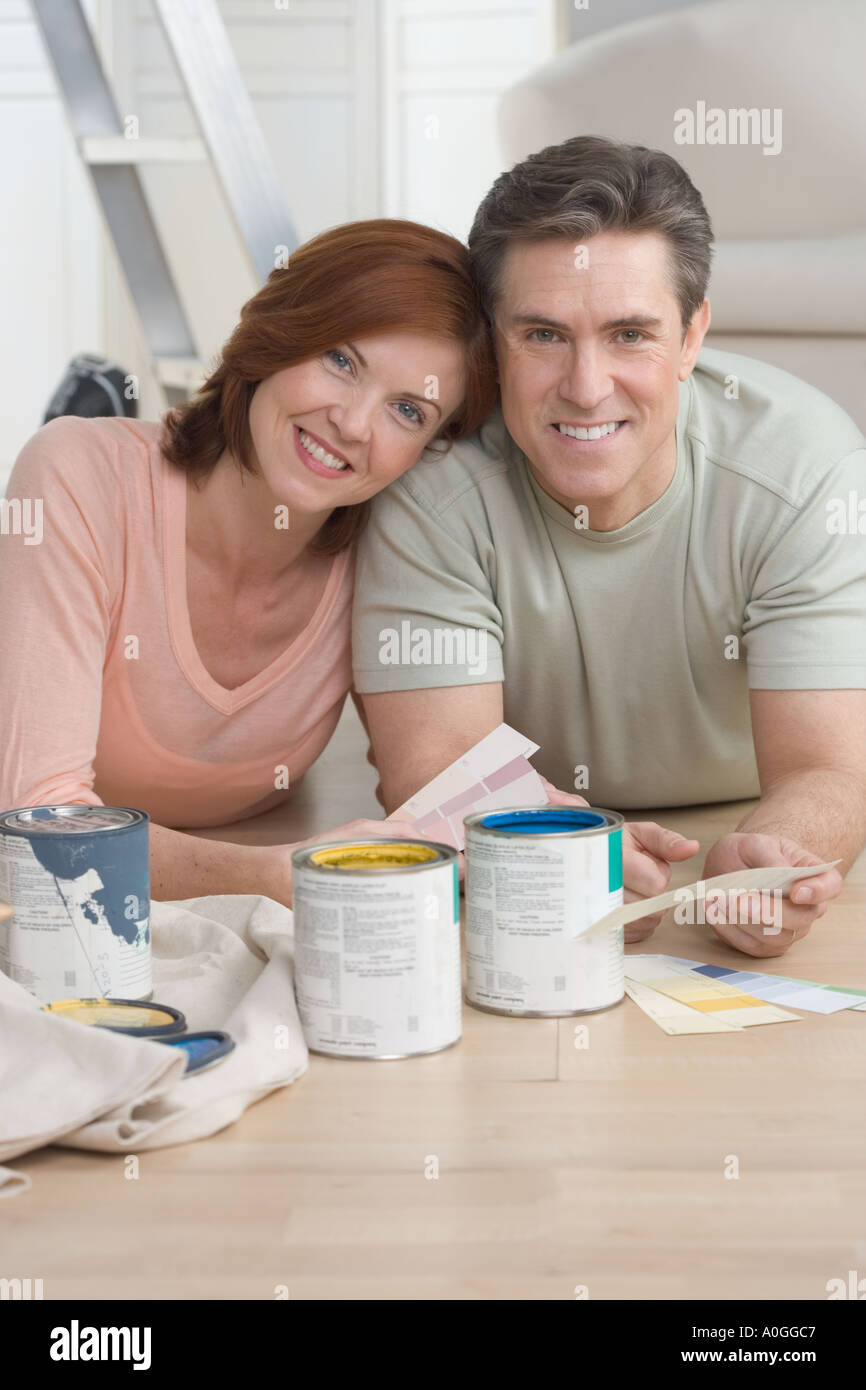 Pareja sonriente sacando los colores de pintura Imagen De Stock