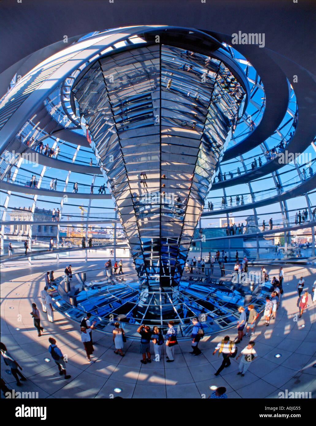 La cúpula del Reichstag de Berlín por Norman Forster interieur Foto de stock