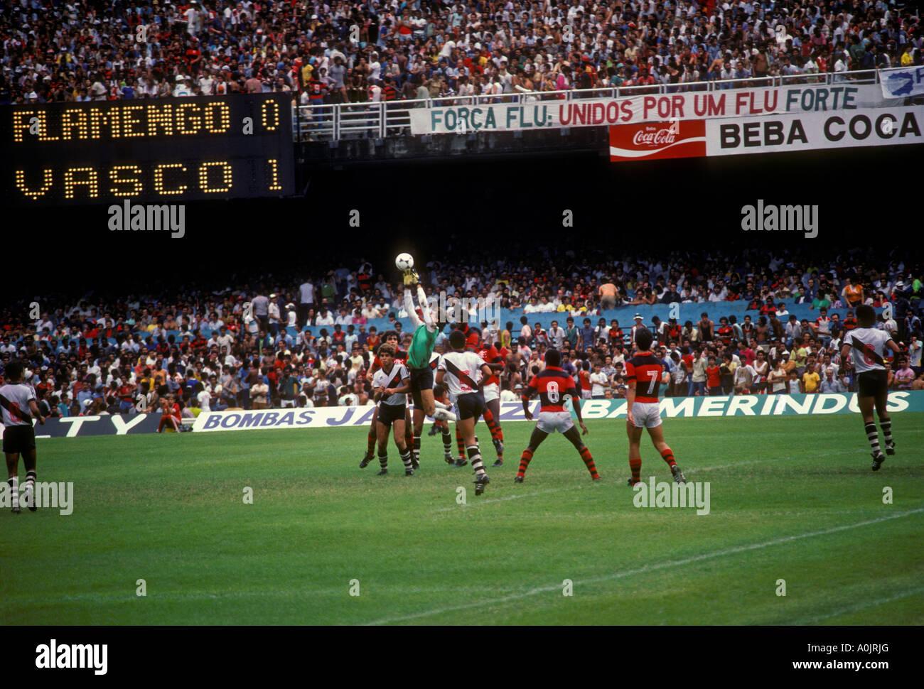 Juego de fútbol, fútbol, estadio Maracaná, el estadio Maracaná de Río de Janeiro, estado de Río de Janeiro, Brasil, América del Sur Foto de stock