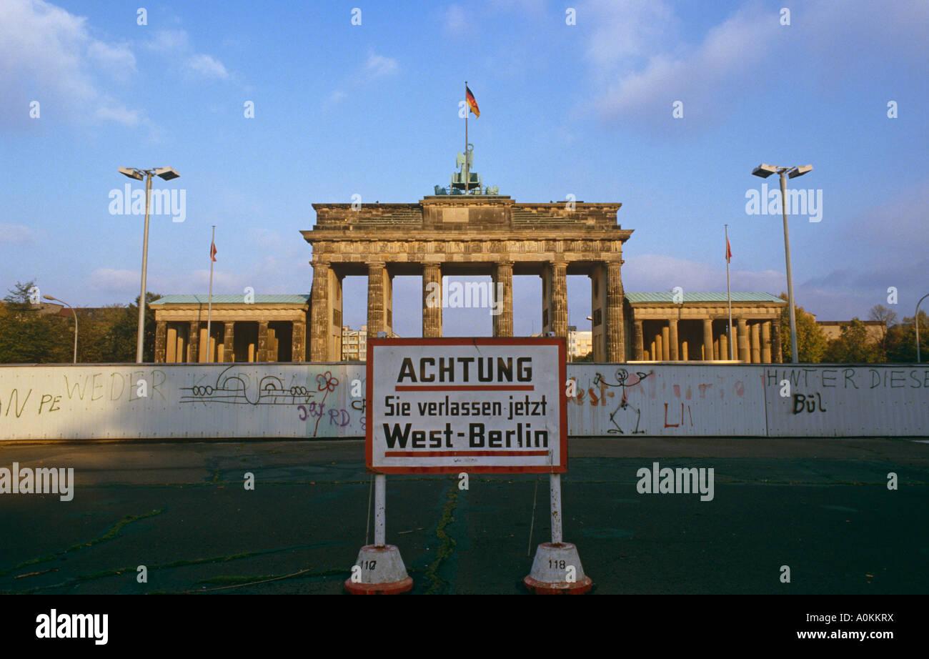 El muro de Berlín en frente de la Puerta de Brandenburgo en Alemania Occidental en 1985 Imagen De Stock