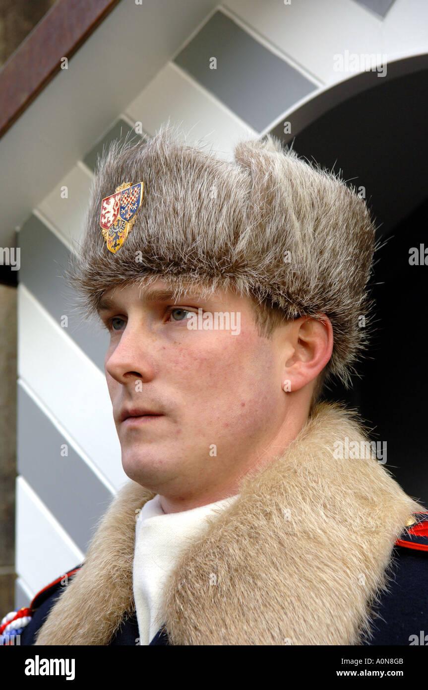 Soldado de la guardia del palacio imperial de invierno sombrero uniforme de  piel fría deber oficial de guardia rostro adusto retrato militar del  ejército ... e3b2f3df529